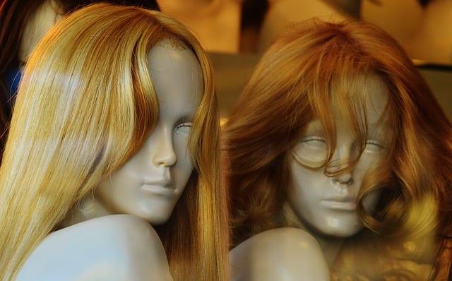 maniquies con pelucas oncológicas de cabello humano y pelucas sintéticas