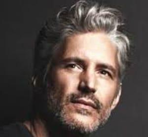 hombre con una peluca masculina donde no se nota la diferencia entre el postizo y el cabello real