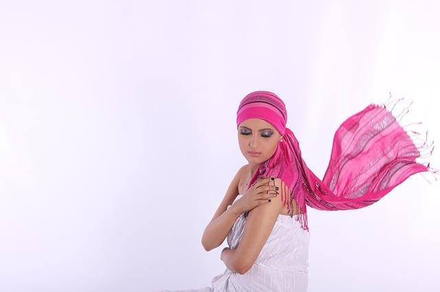 mujer vistiendo un pañuelo oncológico en la cabeza