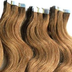 detalle de unas extensiones de cabello de cinta adhesiva