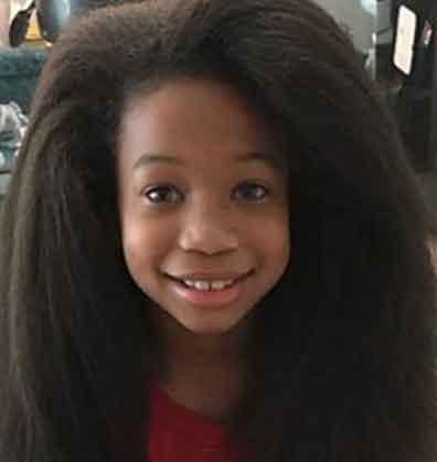 El niño con el cabello largo tras dos años sin cortárselo para donarlo a la creación de pelucas para el cáncer.