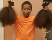 niño mostrando el cabello para crear pelucas para pacientes con cancer.