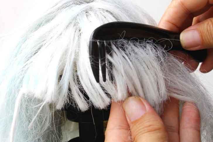 peinando una peluca. Lo que debes saber sobre cómo desenredar una peluca.