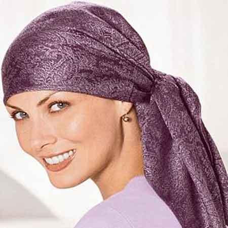Mujer con un turbante oncológico para ocultar la caída del cabello después de la quimioterapia
