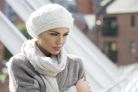 usa gorros y sombreros para proteger tu peluca
