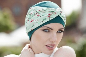 mujer llevando una de las gorras y sombreros oncológicos de la temporada.